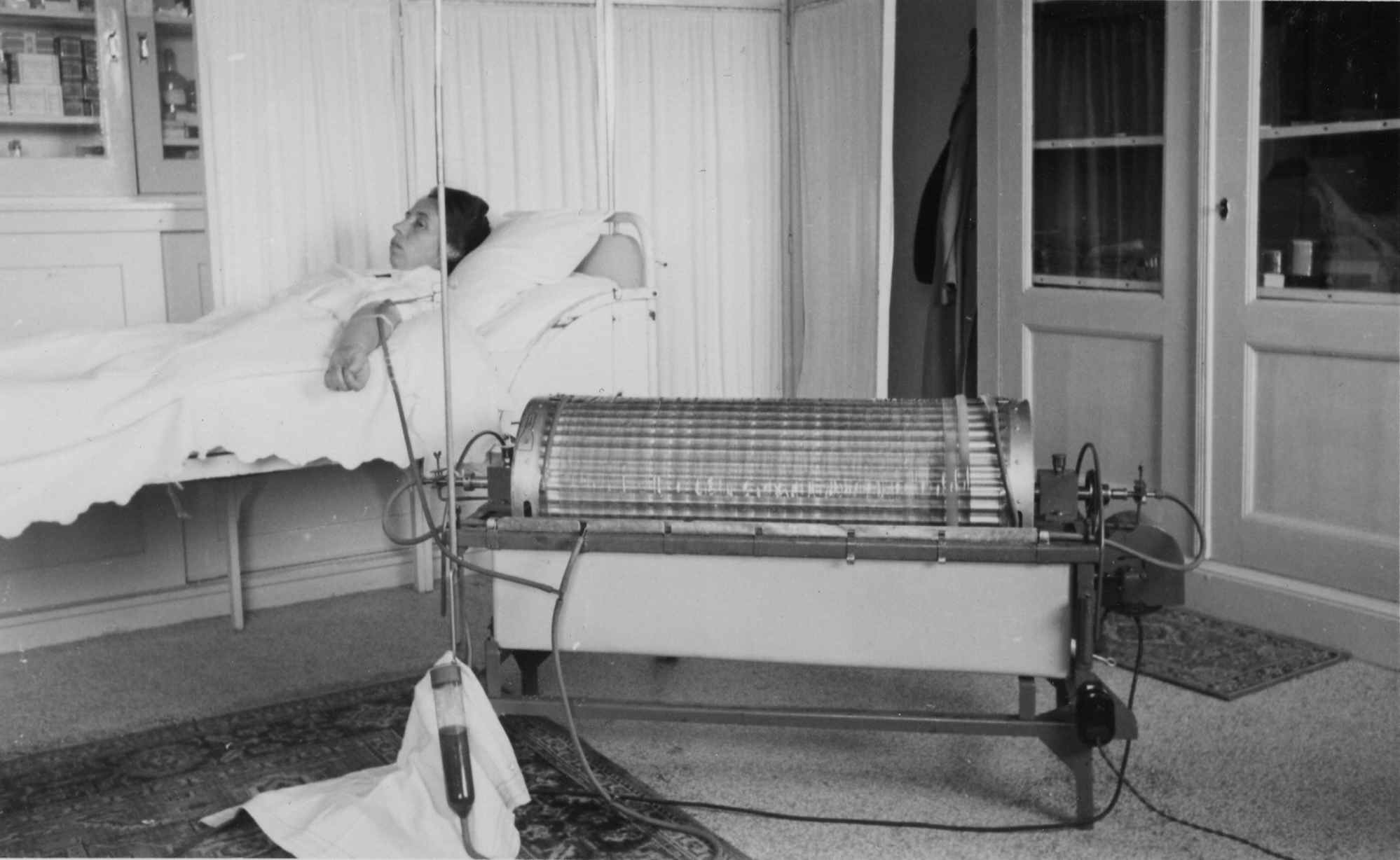 Nurse Maria ter Welle modeling  1st artificial kidney in Netherlands  1941/43